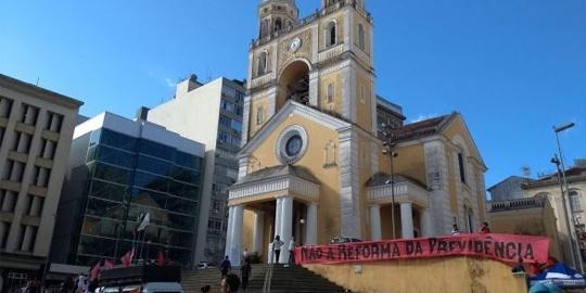 Largo da catedral de Florianópolis é palco para plenária em defesa da aposentadoria