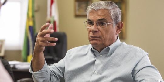 Eduardo Pinho Moreira assume o governo de Santa Catarina