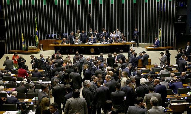 Oposição critica aprovação de intervenção militar no RJ e pede por políticas estruturais