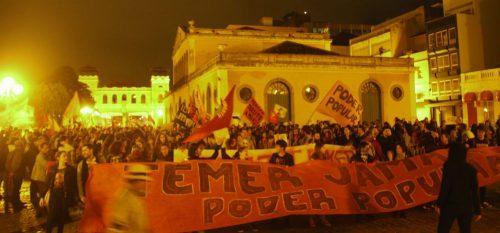 Ato 'Fora Temer e leva o Cunha junto' reúne duas mil pessoas em Florianópolis