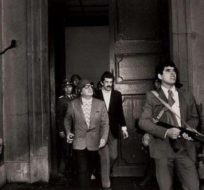 Allende se defende durante ataques ao Palácio La Moneda em 1973 (Luis Orlando Lagos Vásques)