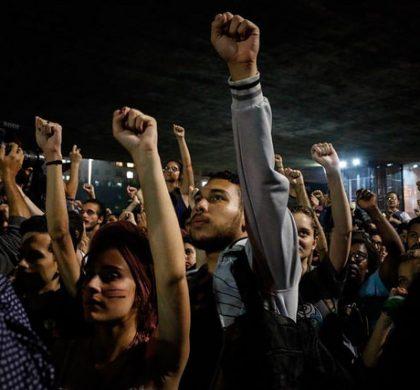 Ninguém solta a mão de ninguém: juventude faz primeira manifestação pós-eleitoral