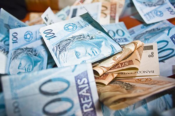 Mesmo com finanças em calamidade, Governo Moisés aumenta teto salarial para 900 servidores