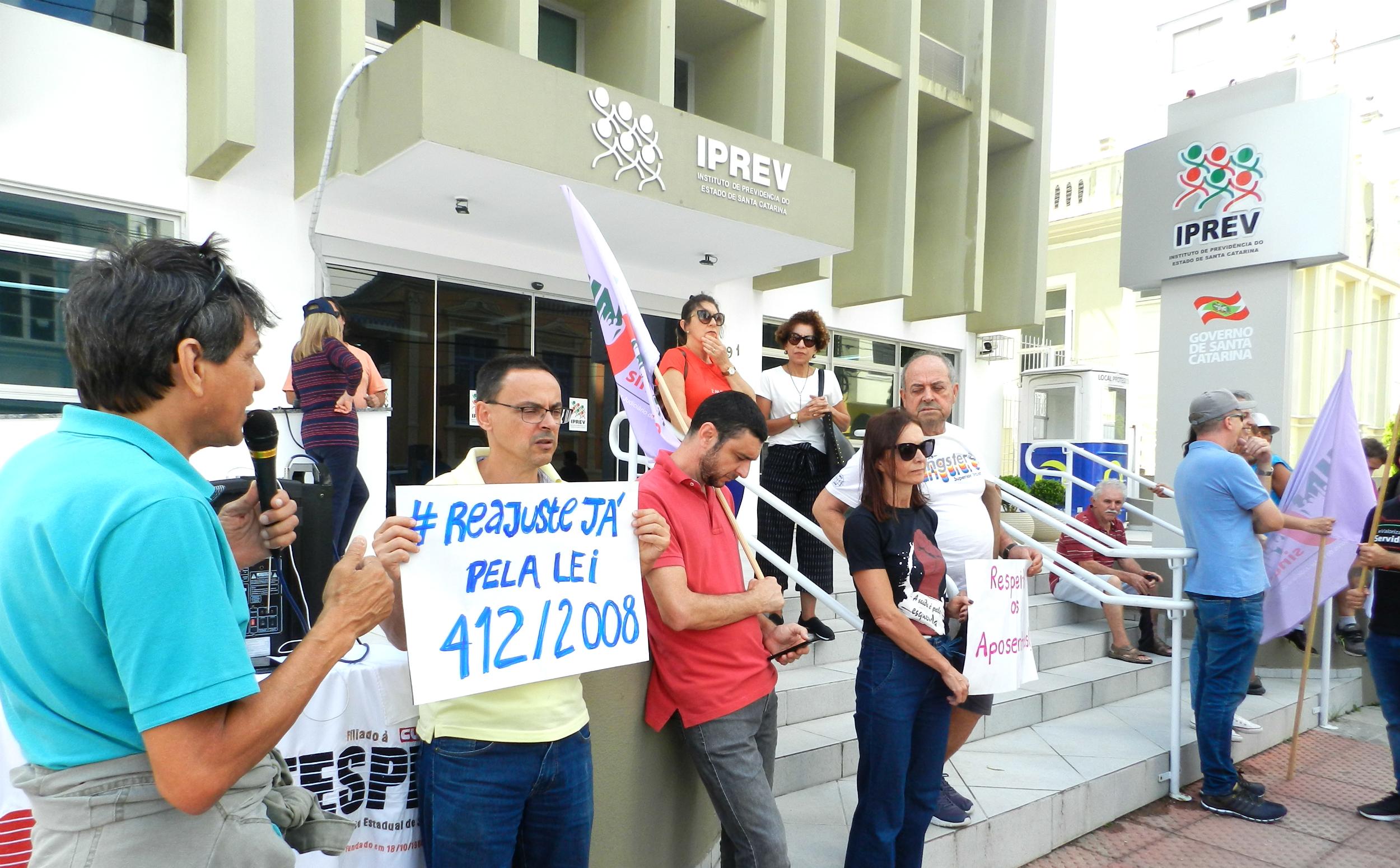 Ato conjunto do Sintespe, Sinjusc, Simpe e SindSaúde no dia 24 de janeiro no IPREV, em Florianópolis, cobrando o reajuste pela lei 412/2008
