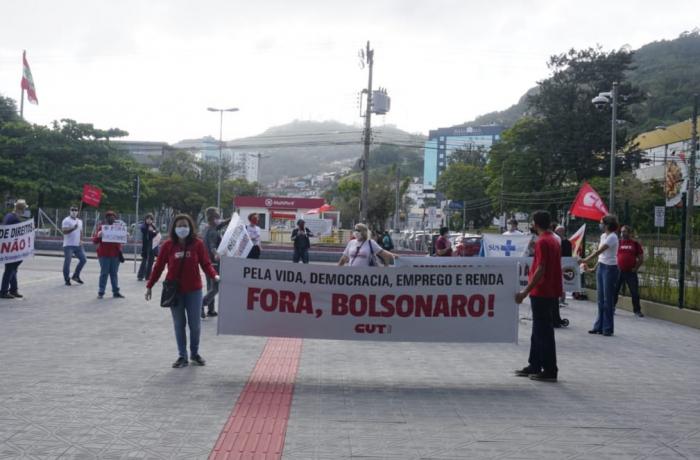 """CUT-SC e centrais fazem ato simbólico por """"Fora, Bolsonaro"""" em Florianópolis"""