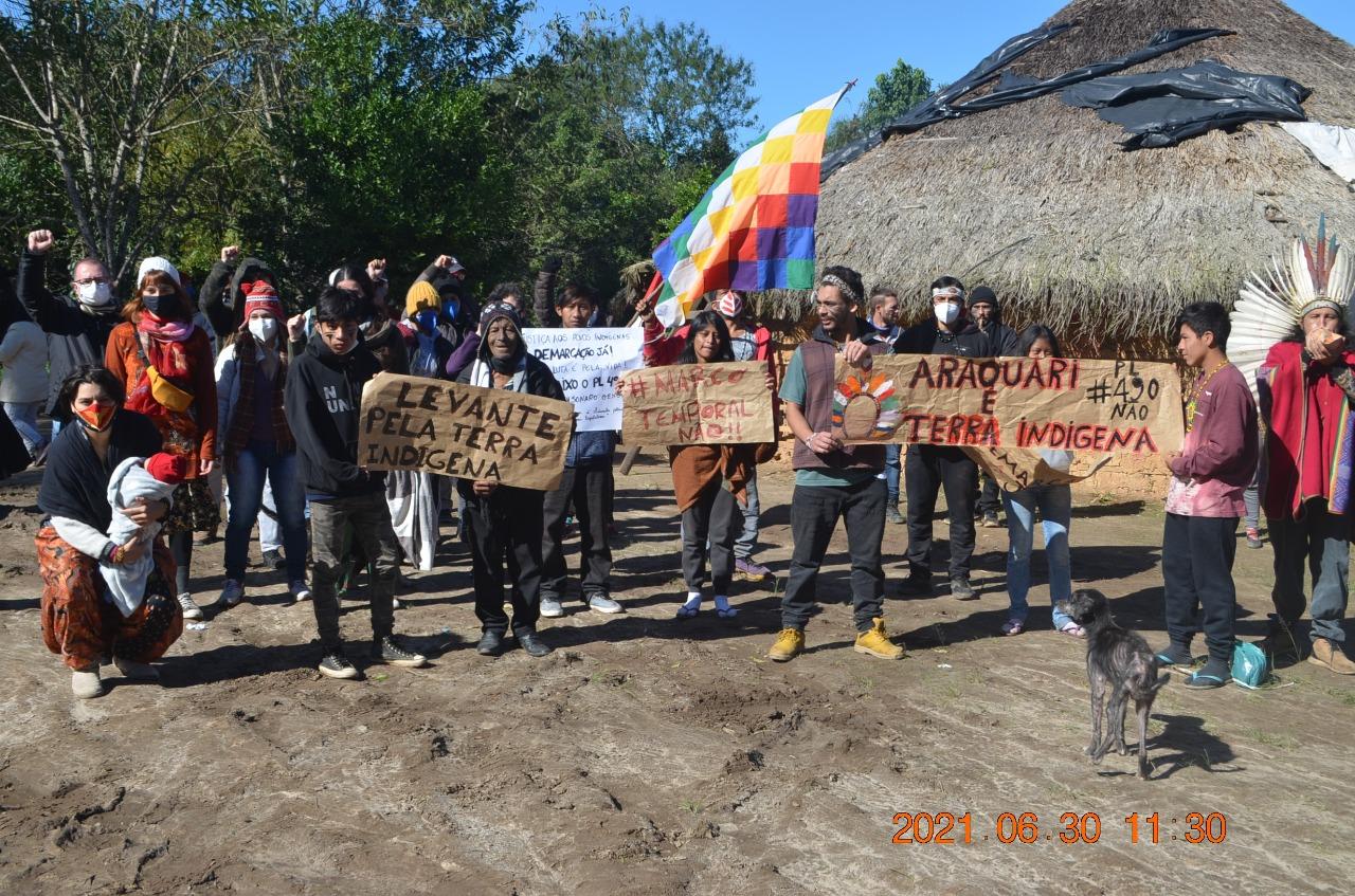 """Indígenas fecham BR 101 em protesto contra o """"marco temporal"""" e o PL 490"""